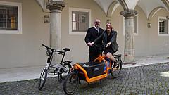 Symbolische Fahrradübergabe für die Amtsübergabe von Armin Falkenhein an Bernadette Felsch