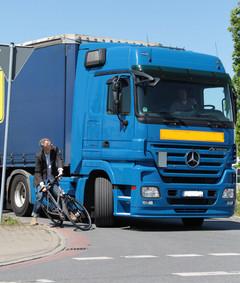 Fahrrad unter LKW_ADFC/Jens Lehmkühler